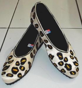 Sepatu bordir macan tutul